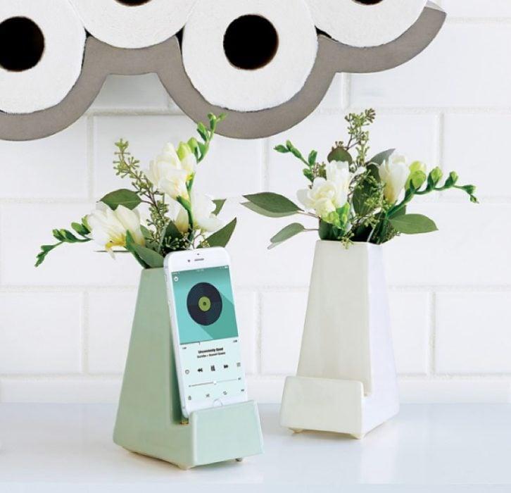florero con espacio para colgar tu celular