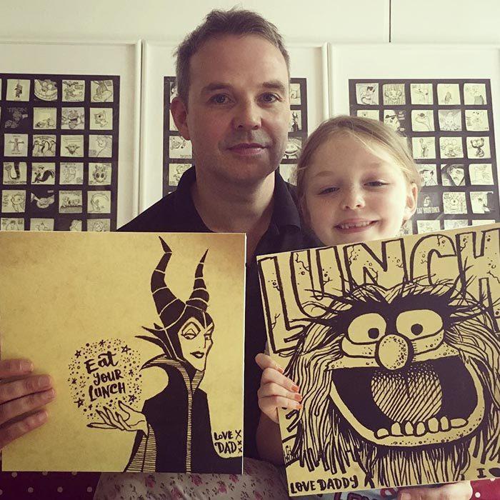 hombre y niña sostiene dibujos