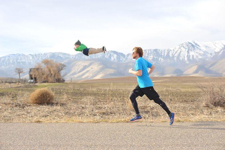 hombre corriendo y bebé en el aire