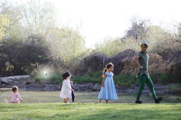 papá e hijas disfrazadas de peter pan y los niños perdidos