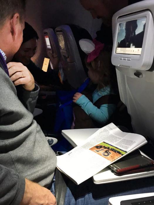 hombre sentado en un avión