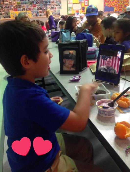 niño desayunando con una tablet