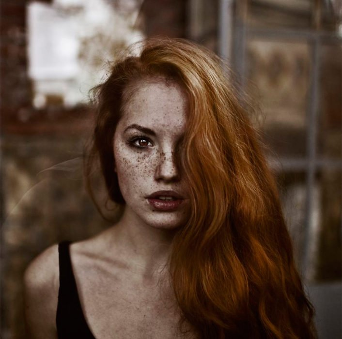mujer hermosa con pecas