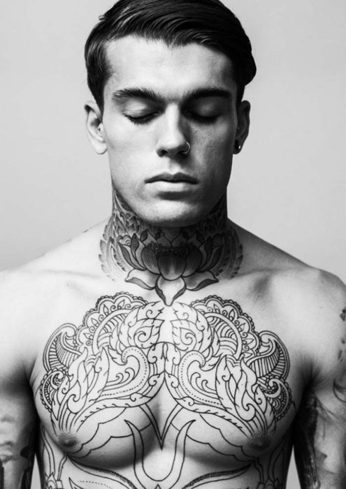 hombre con tatuaje en el pecho