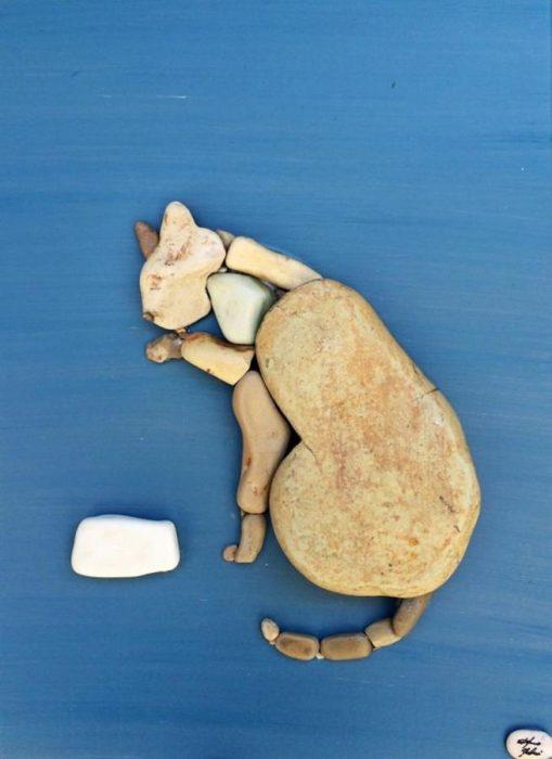 un gato hecho con piedras