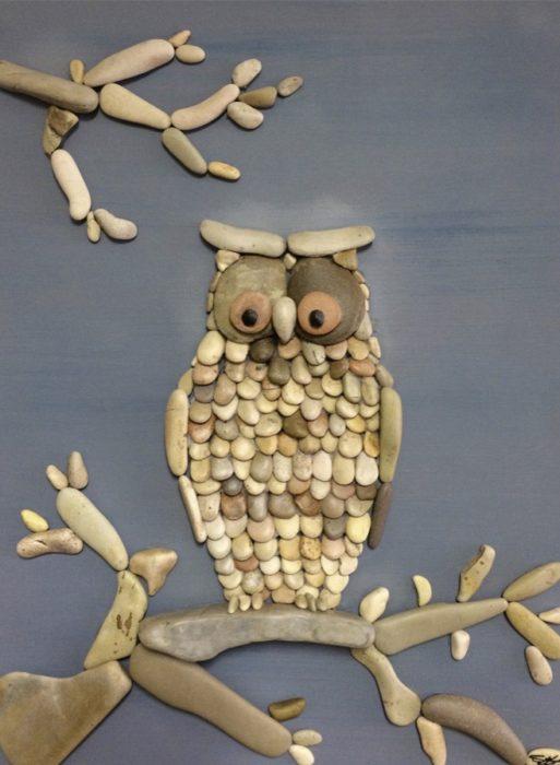 búho con piedras de playa