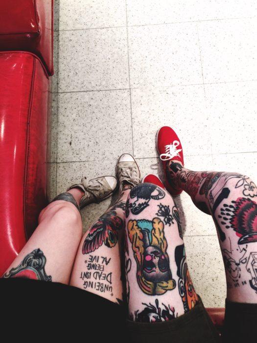 cuatro piernas tatuadas