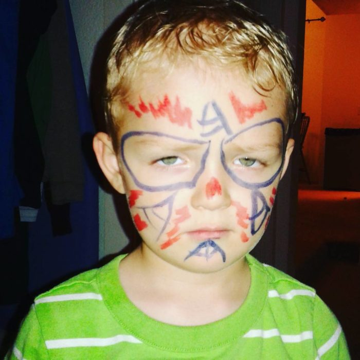 niño mal pintado de super héroe