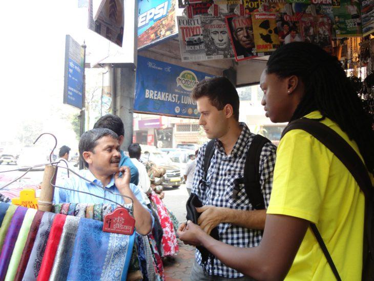 personas regateando en un mercado