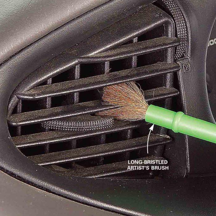 quitar el polvo de las rejillas de AC
