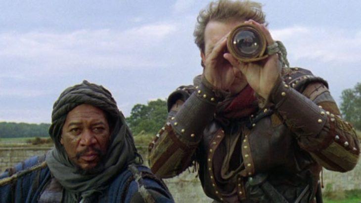 robin hood usando un telescopio