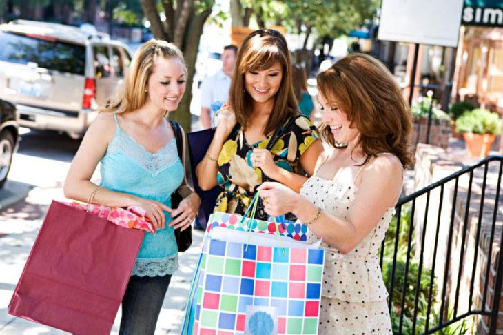 señoras platicando con regalos