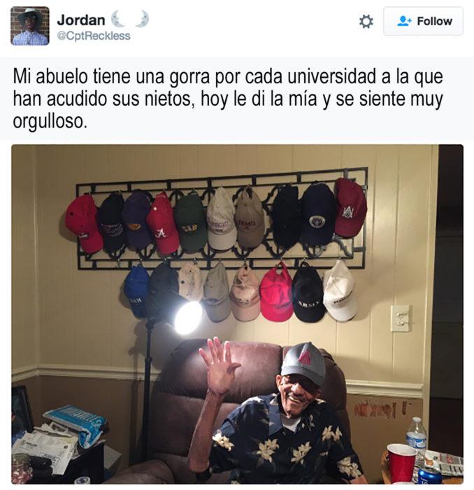 abuelo con una pared llena de gorras