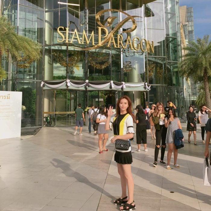 mujer frente a Siam Paragon