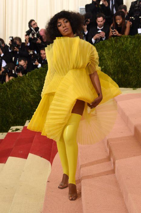 Solange Knowles vestida de amarillo