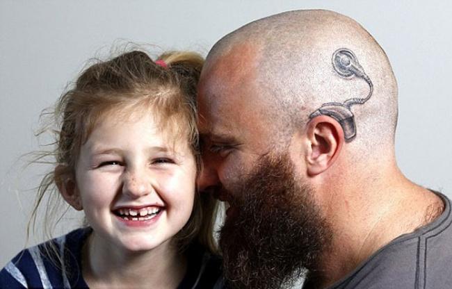 niña y hombre con un aparato auditivo tatuado