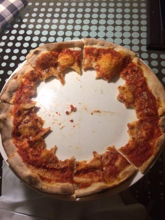 pizza devorada por el centro