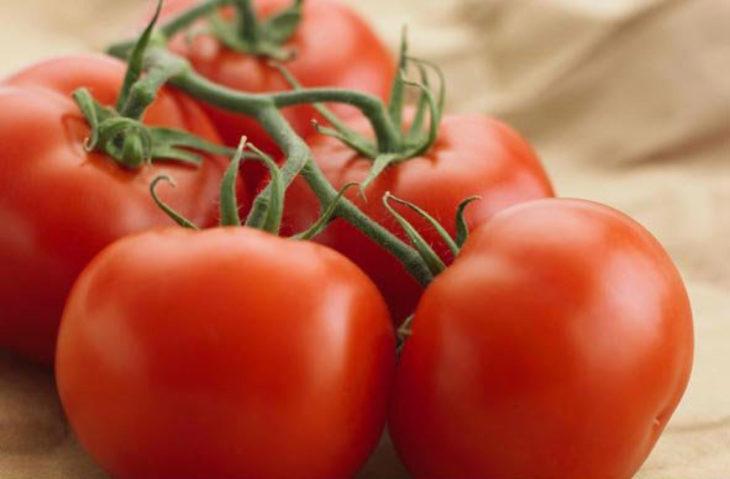 tomates con tallo hacia arriba