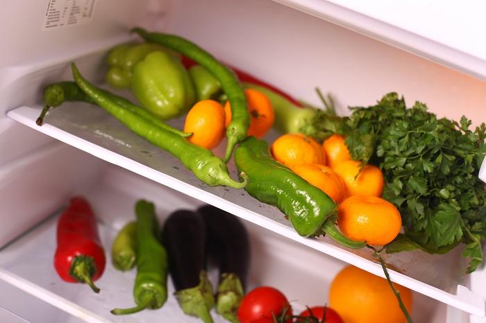 frutas y verduras en el refrigerador