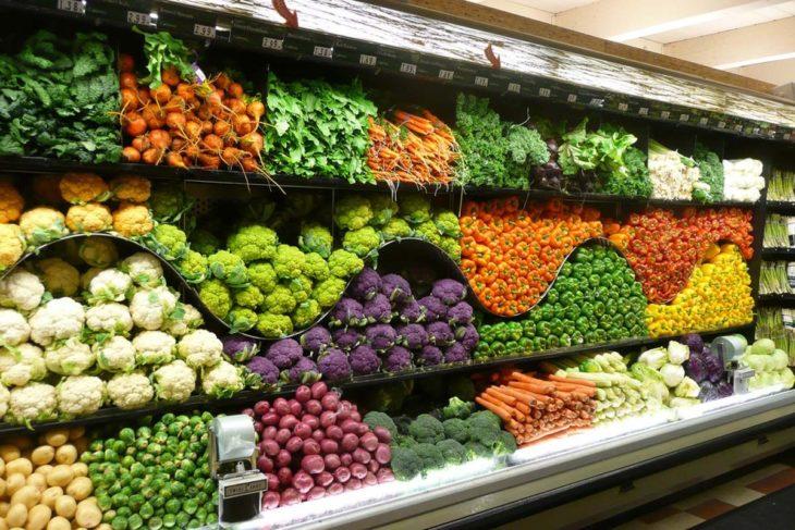 estante de verduras de supermercado organizado