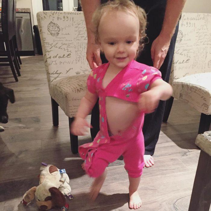 bebé mal vestida