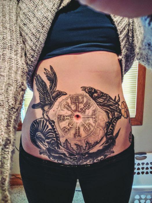 vientre de mujer tatuado