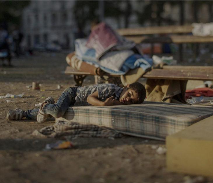 Niño sirio dormido en un colchón en la calle