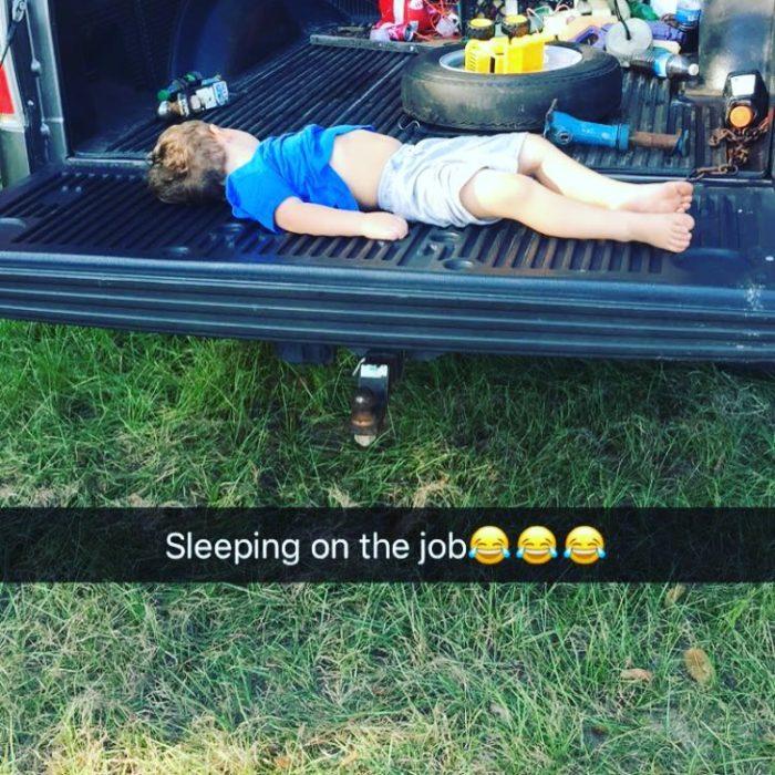 niño dormido en una camioneta