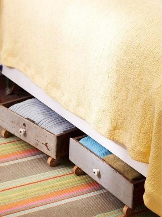 cajones de ropa bajo la cama