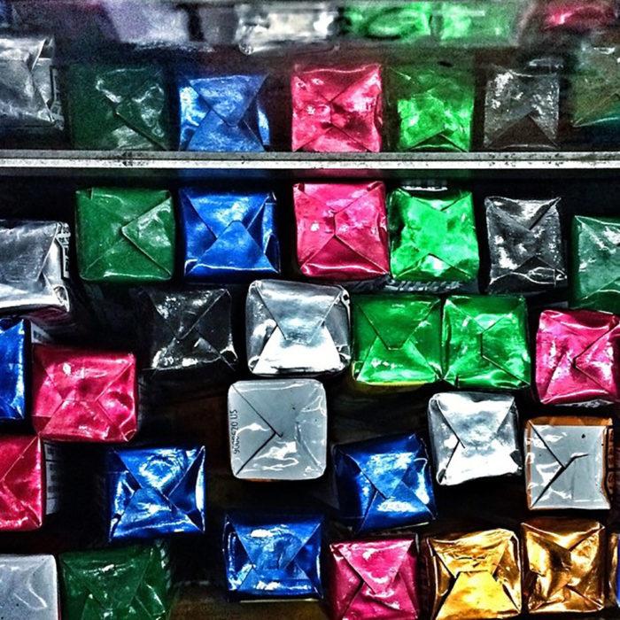 pastillas de menta en empaques de colores