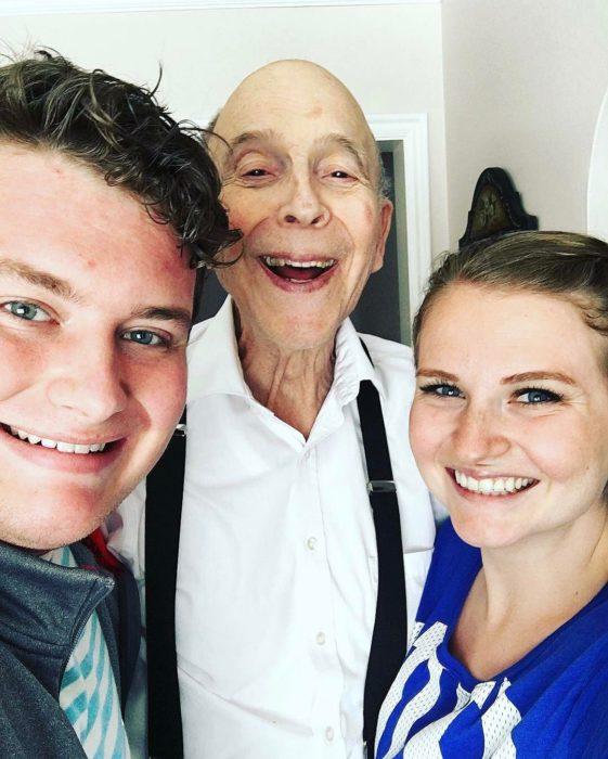 abuelo sonriendo con sus dos nietos