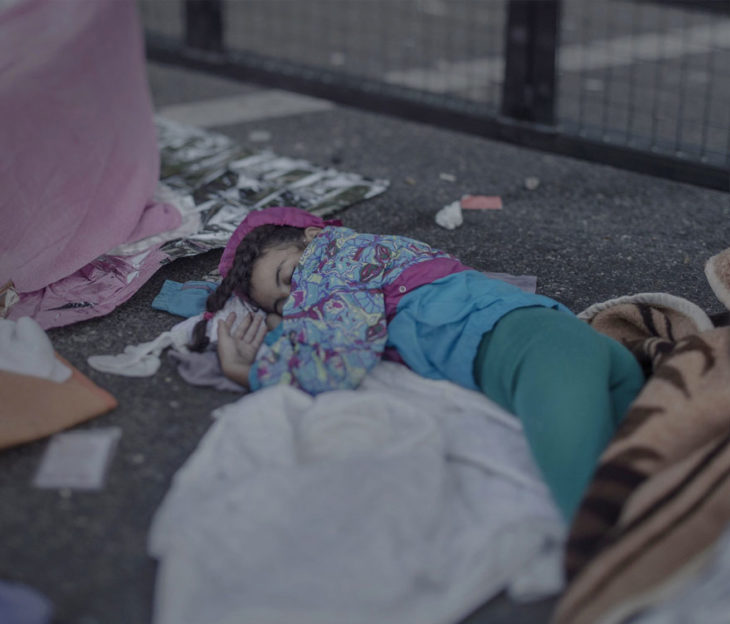 Niña dormida en la calle