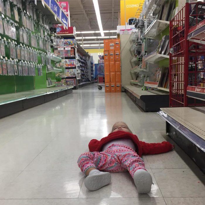 niño dormido en un pasillo del centro comercial