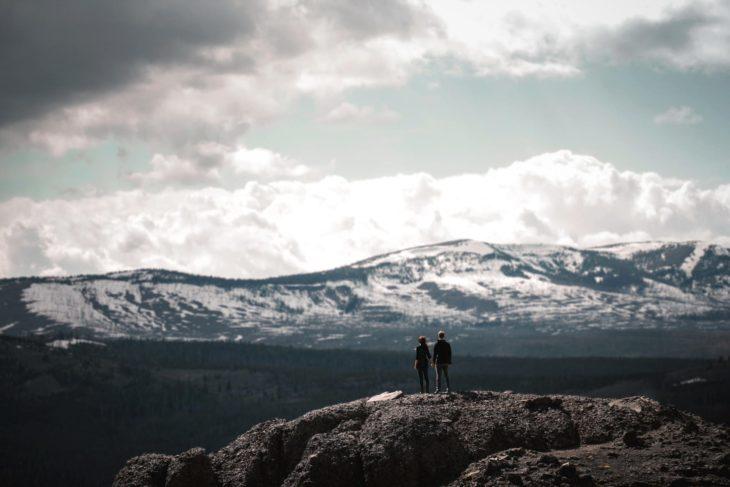 personas en paisaje montañoso