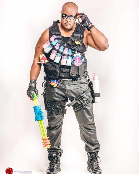 hombre con pistolera llena de biberones