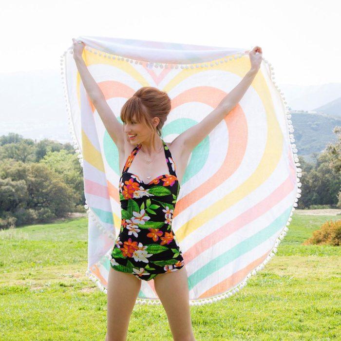 mujer modelando un traje de baño