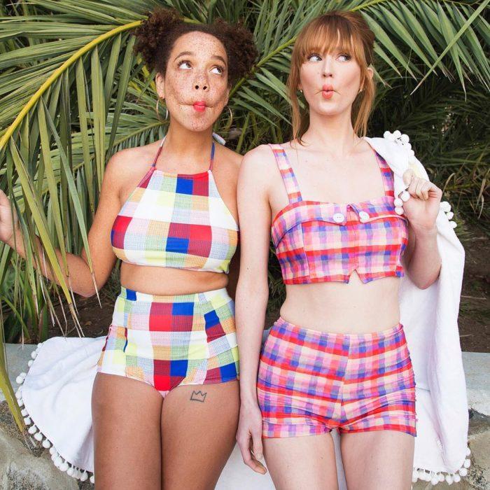 Mujeres modleando trajes de baño