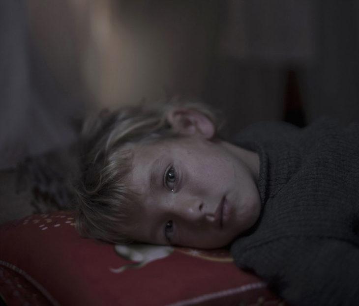 Niño con ojos llorosos mirando a la cámara
