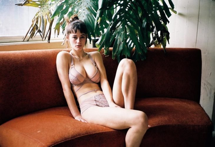 Mujer real modelando lencería