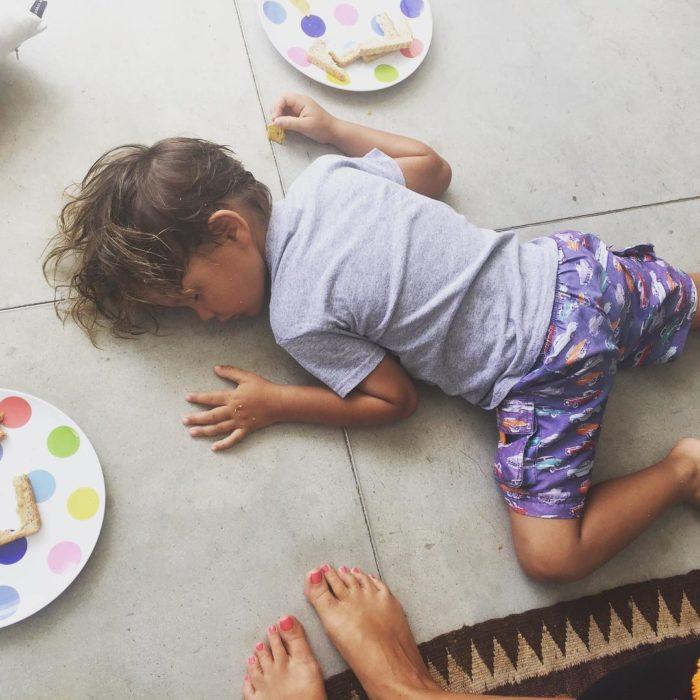 niña dormida en el suelo