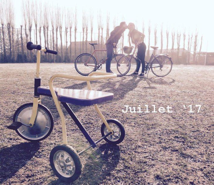 pareja en bicicleta anuncia la llegada de su bebé con un triciclo