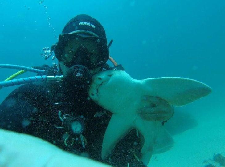 un tiburón y un buzo se hicieron mejores amigos