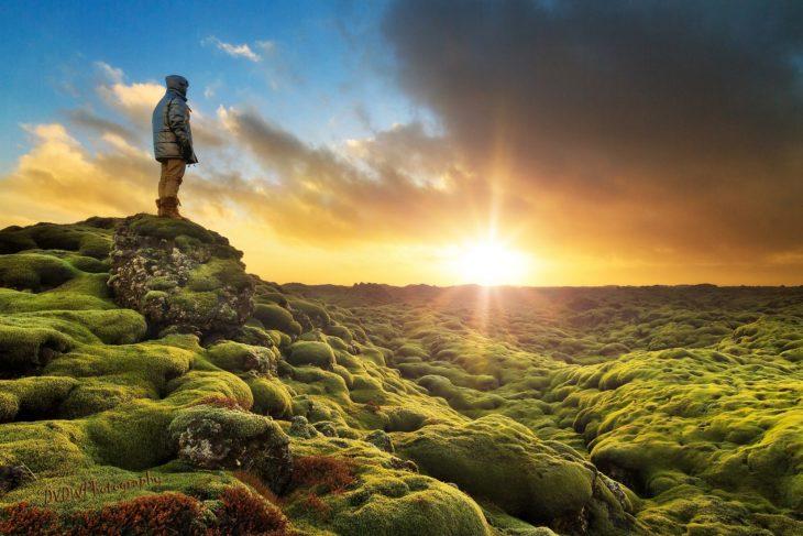 persona contempla un hermoso paisaje