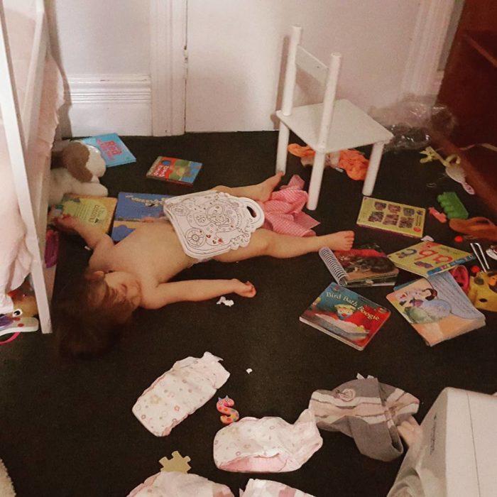 niña dormida en su cuarto desordenado