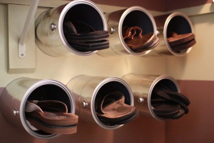 sandalias dentro de latas