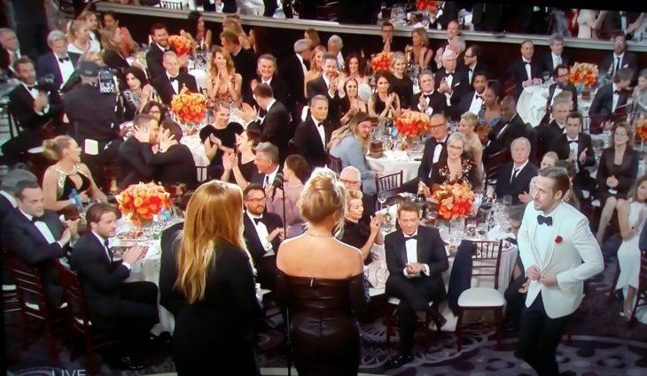 Captura de pantalla de cuando Ryan Goslin sube por su golden globe