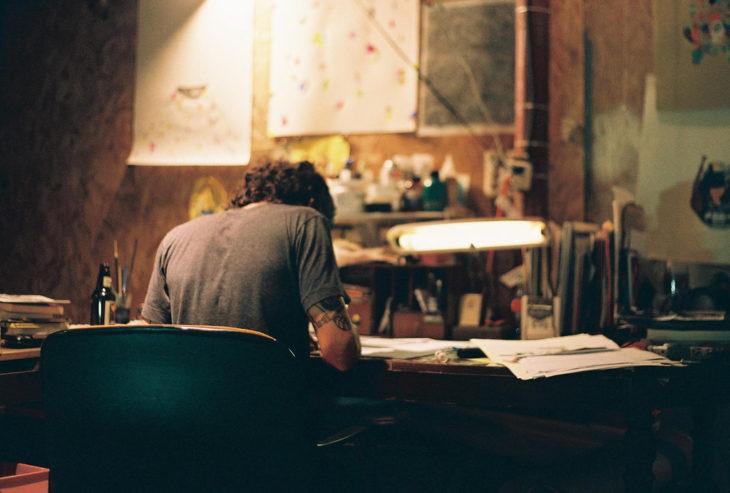 hombre escribiendo