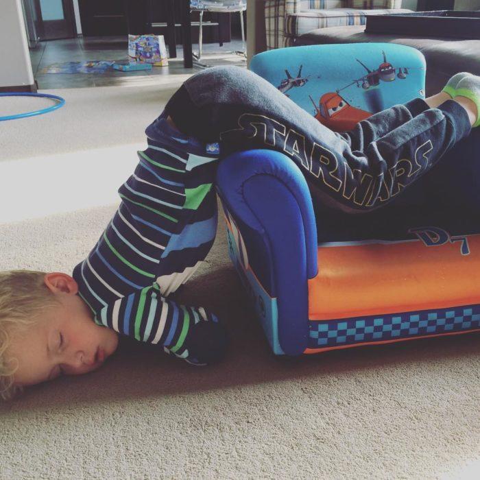 niño dormido en posición incómoda