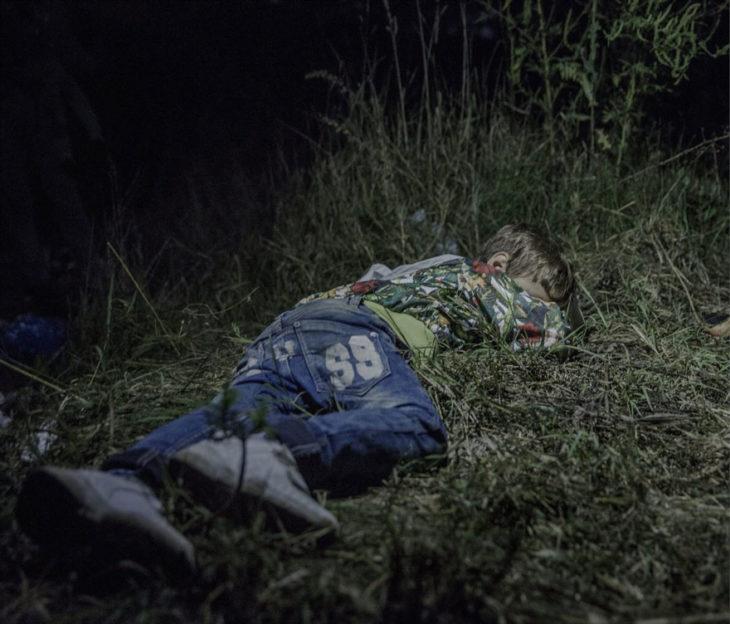 Niño dormido en el bosque
