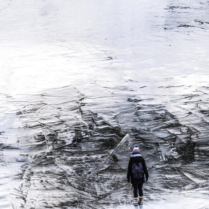 persona de frente a un paisaje nevado